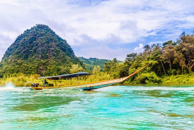 Ronde heuvel door Nam Kok-rivier door Chiang Rai - Thailand stock foto
