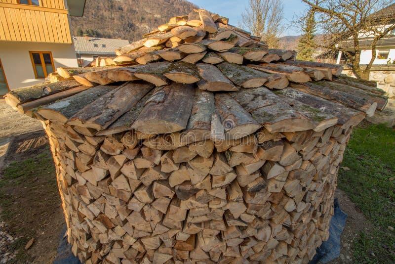 Ronde houten stapel met dak stock foto