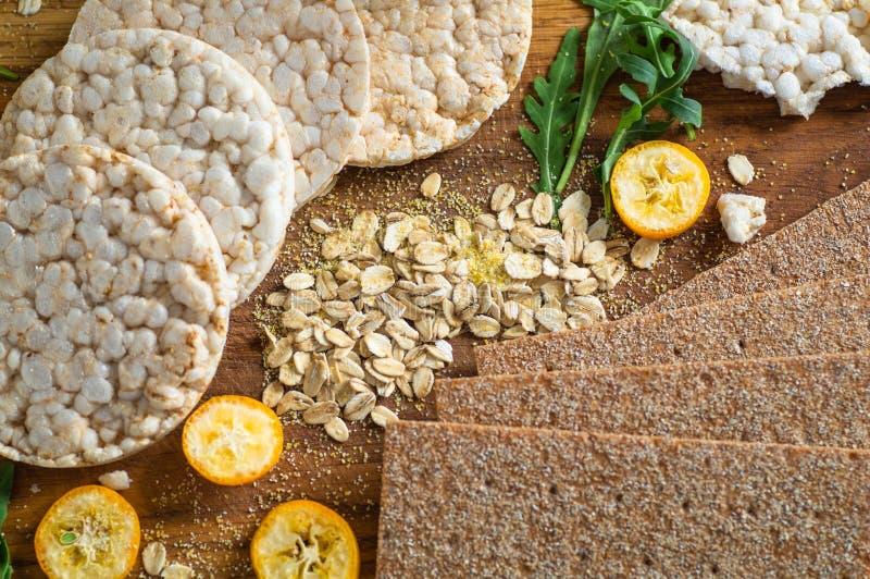 Ronde knapperige rijstcrackers en van Roggecrackers whith kumquat Dieetconcept en gezond vegetarisch voedsel stock afbeeldingen