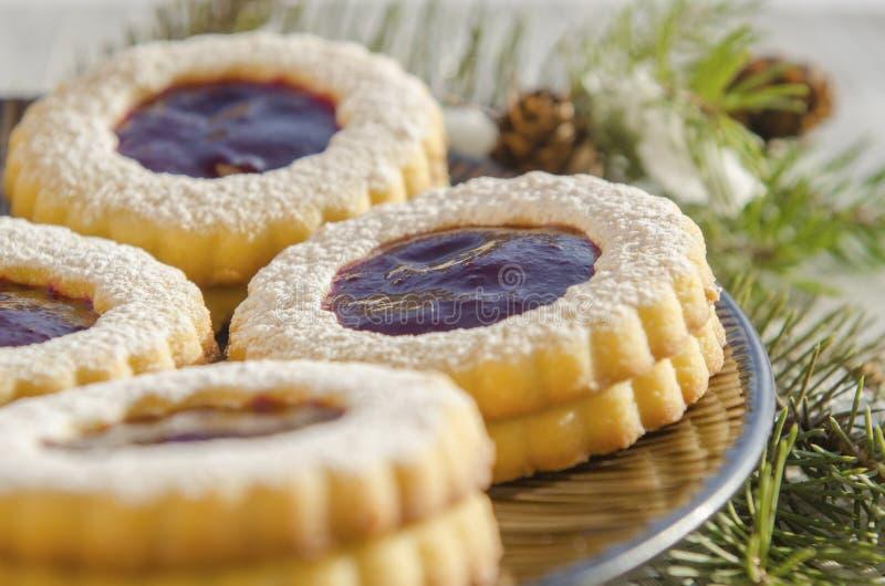 Ronde koekjes met jam stock afbeeldingen