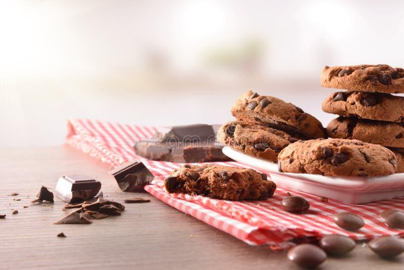 Ronde koekjes met zwarte chocolade in keuken vooraanzicht stock foto's