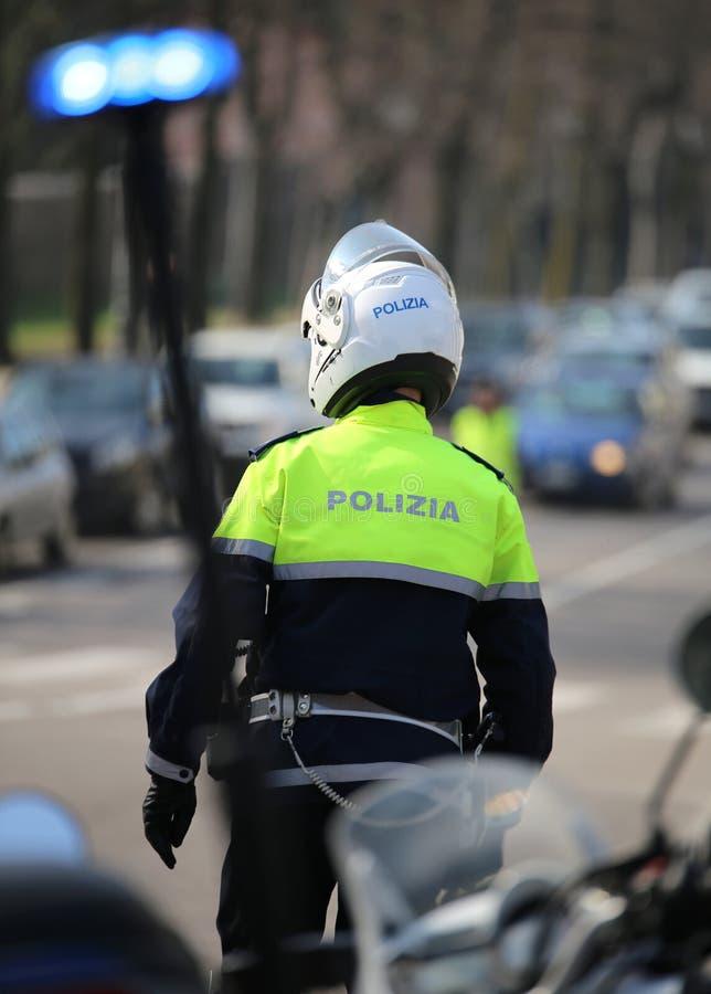 ronde opvlammende sirene van Italiaanse politiemotorfiets en een verkeer stock fotografie