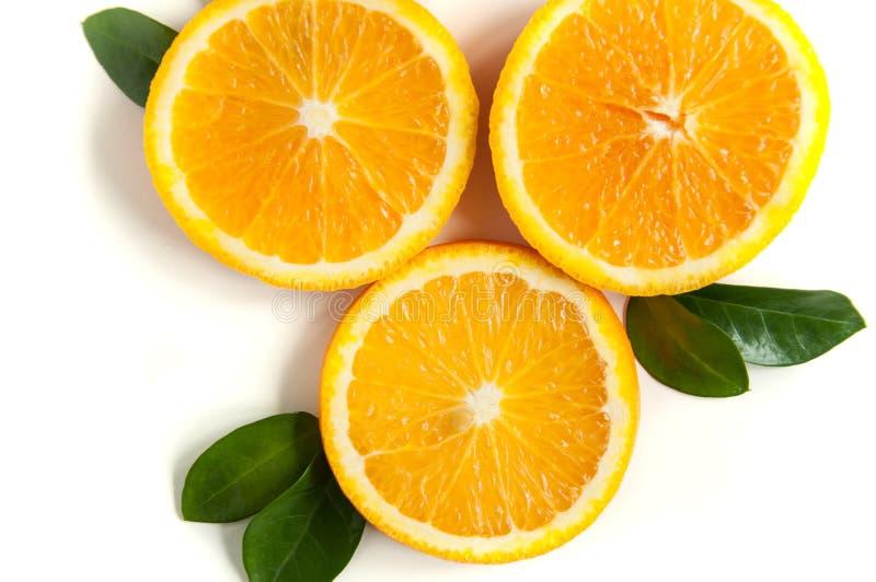 Ronde oranje plakken op een witte achtergrond Achtergrond van het citrusvruchten de tropische fruit Helder voedsel Dieetvitaminev royalty-vrije stock fotografie