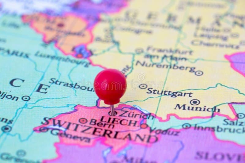 Rode Punaise op Kaart van Zwitserland stock afbeeldingen