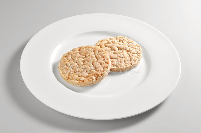 Ronde schotel met crackers van gepufte rijst stock foto's