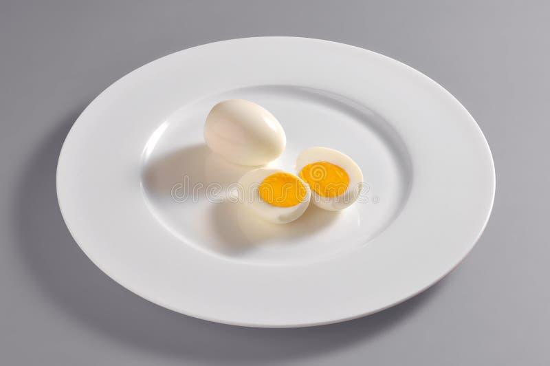 Ronde schotel met hard-gekookte eieren stock afbeeldingen