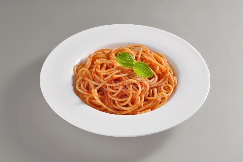 Ronde schotel met het dienen van spaghetti met tomaat souce royalty-vrije stock fotografie