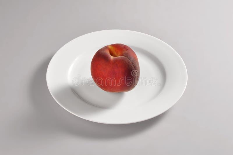 Ronde schotel met perzik stock foto