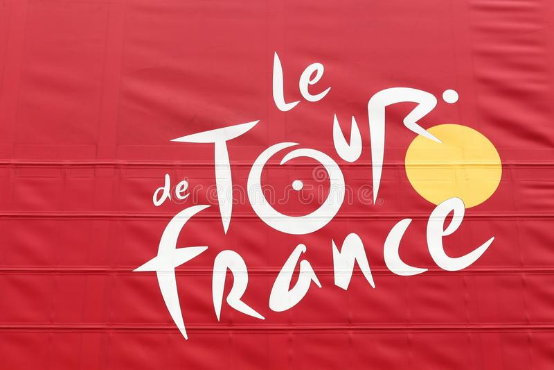 Ronde van Frankrijkembleem op een vrachtwagen stock afbeeldingen