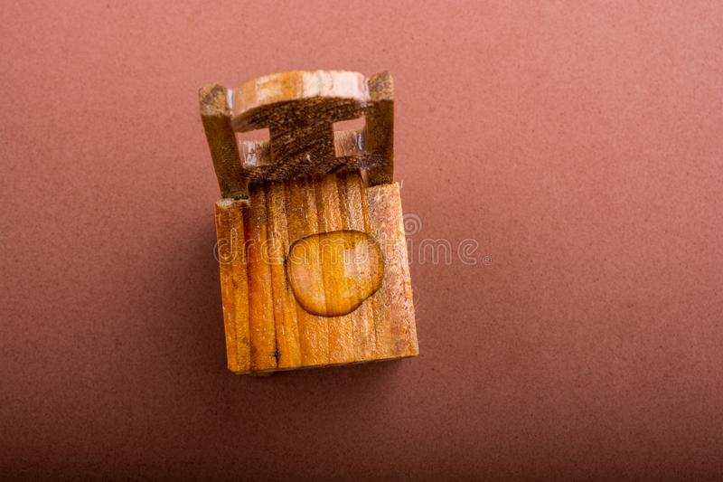 Ronde waterdalingen in close-up op houten achtergrond stock fotografie
