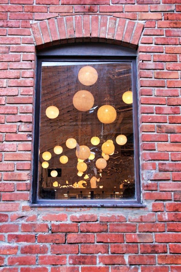 Ronde witte lamp binnen een huis stock afbeeldingen