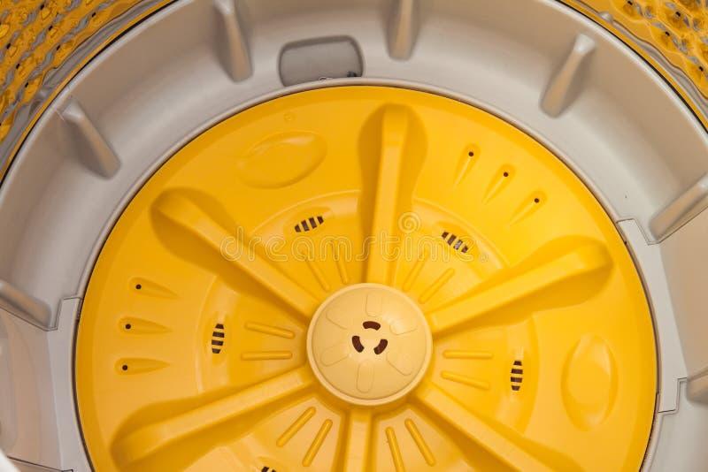Rondella di rotazione dentro la lavatrice immagini stock