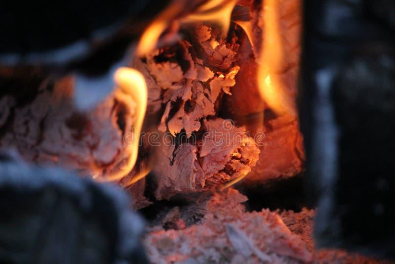 Rondins brûlants avec les flammes nues photo stock