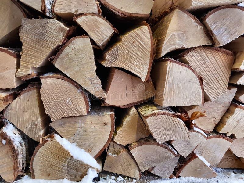 Rondins de bois de chauffage d'arbre de bouleau coupés et empilés pour sécher dans l'hiver au plein arrière-plan du nord de cadre photo stock