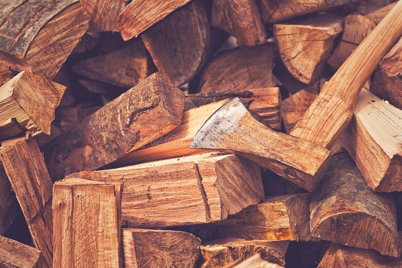 Rondins de hache de cognée et en bois de Splitted images stock
