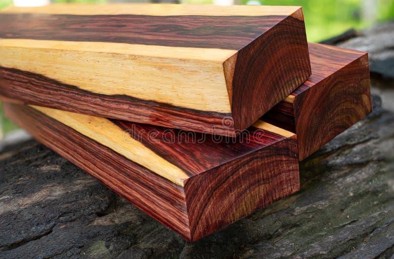 Rondins en bois de bois de rose birman photos stock
