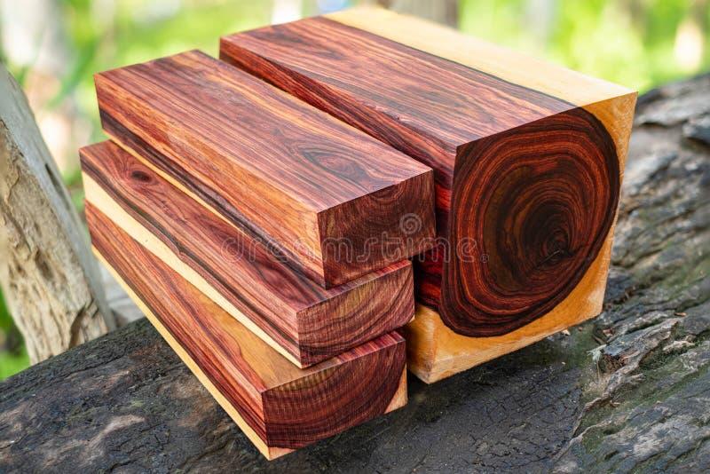 Rondins en bois de bois de rose birman photo libre de droits