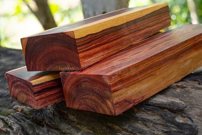 Rondins en bois de bois de rose birman images stock