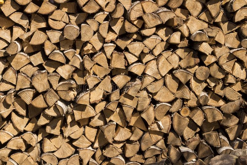 Rondins en bois, faisceaux, bois de chauffage, cadre Beaucoup de bois Fond en bois de rondin en bois essence Moisson du bois de c image stock