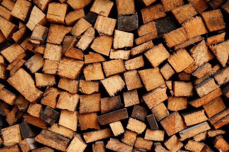 Rondins soigneusement étendus de bois de chauffage photo libre de droits