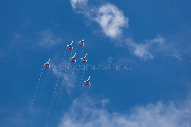 Rondoni acrobatici russi del gruppo allo show aereo Cielo blu nel backg fotografie stock