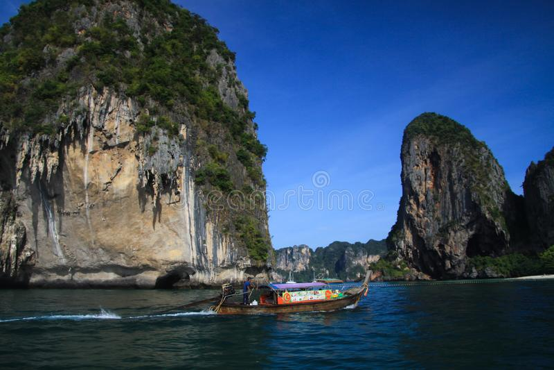 Rondvaart aan eilanden langs steile hellingen in blauwe Andaman-Overzees dichtbij Ao Nang, Krabi, Thailand royalty-vrije stock afbeeldingen