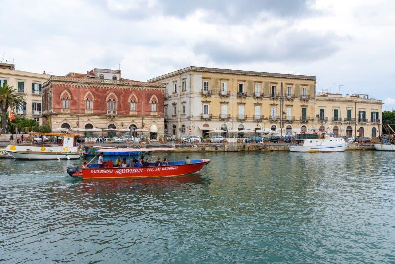 Rondvaart in de stad van Syracuse op Sicilië stock foto's