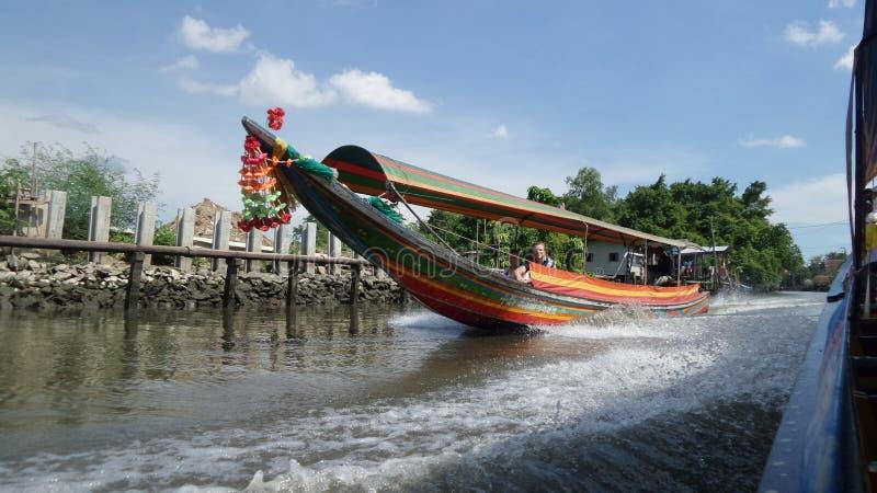 Rondvaart in kanaal door fruittuin stock foto