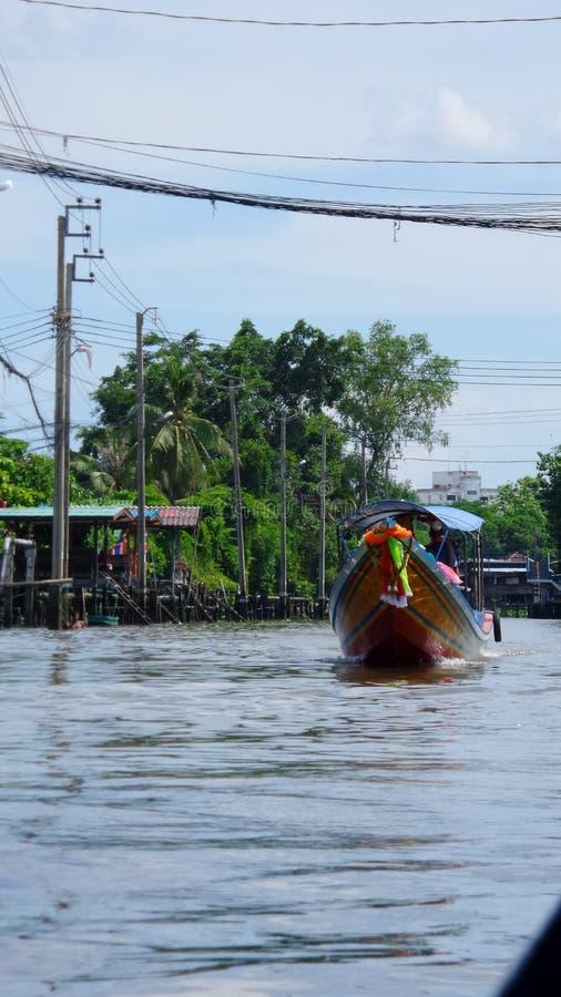 Rondvaart in kanaal door fruittuin stock afbeelding