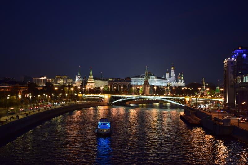 Rondvaart op de rivier Moskou bij nacht stock afbeelding