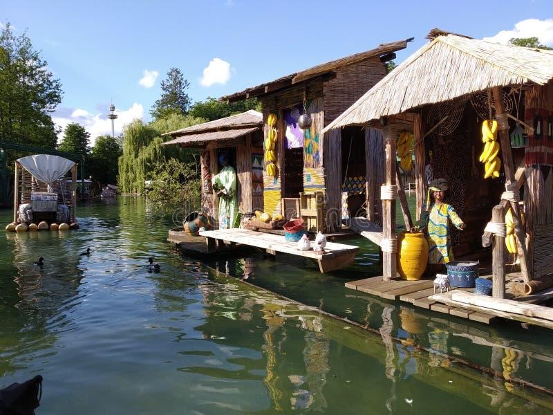 Rondvaart op het Afrikaanse meer De magische wereld van Europa park, Duitsland royalty-vrije stock afbeelding