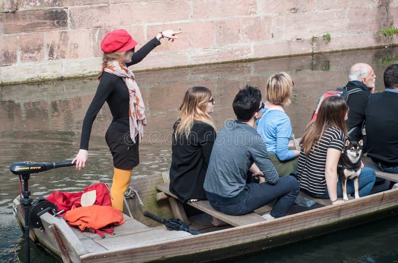 Rondvaarttoerisme op water in weinig Venetië stock foto's