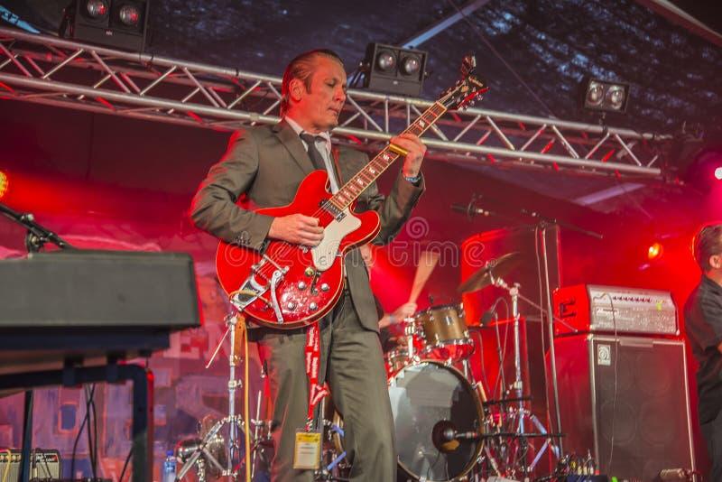 Ronni Boysen joga a guitarra imagens de stock