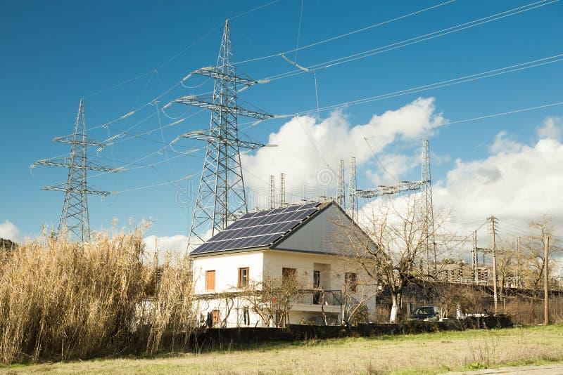 Roo för hus för energi för elektricitetssolpaneler photovoltaic arkivfoton