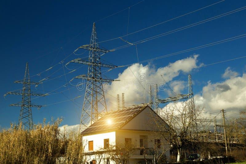 Roo fotovoltaico da casa da energia dos painéis solares da eletricidade imagens de stock royalty free