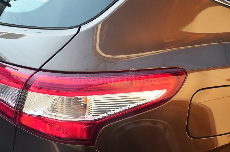 Rood achterlicht van een bruin personenautoclose-up Gedetailleerde foto van één van het autodeel royalty-vrije stock afbeeldingen