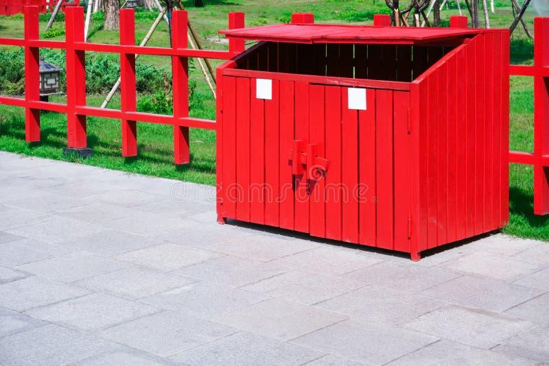 Rood afvalhout in het park Containers voor Afzonderlijke Afvalinzameling royalty-vrije stock foto
