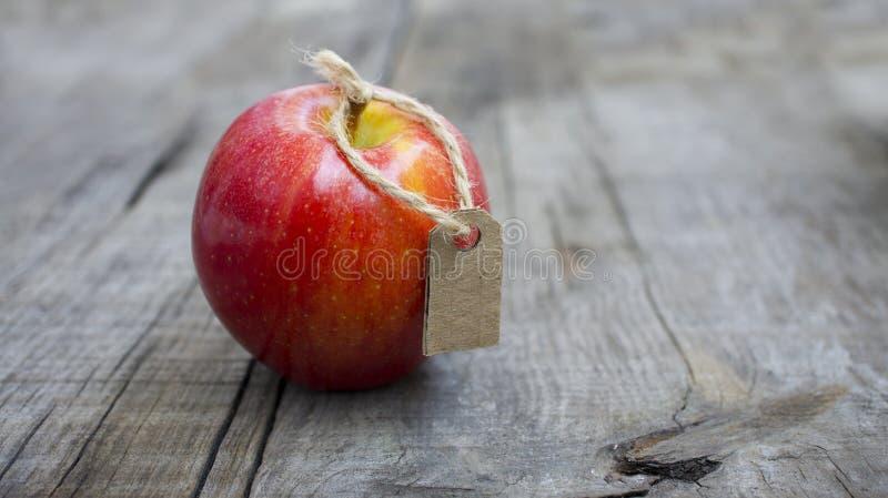 Rood Apple met een Prijsetiket royalty-vrije stock foto's