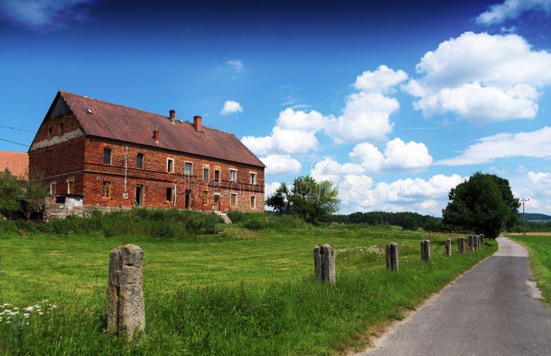 Rood baksteenhuis in aardig de zomerweer stock afbeelding