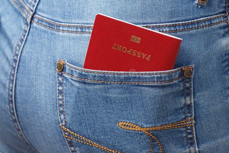 Rood biometrisch paspoort in het close-up van de jeanszak royalty-vrije stock afbeeldingen