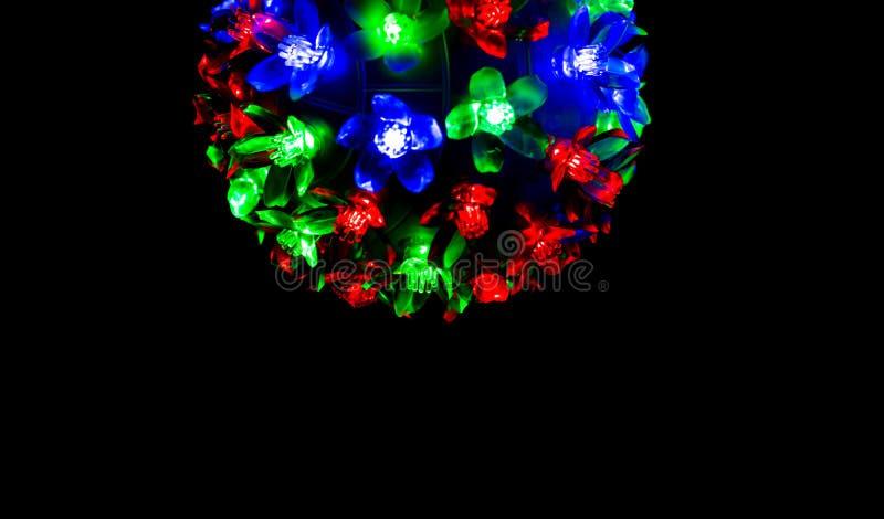 Rood, blauw en groen licht op donkere achtergrond voor Kerstmisconcept stock afbeeldingen