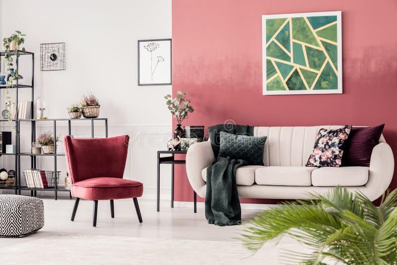 Rood comfortabel woonkamerbinnenland stock afbeeldingen