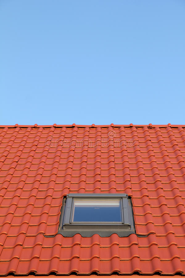 Rood dak met verticale vensters één royalty-vrije stock foto's