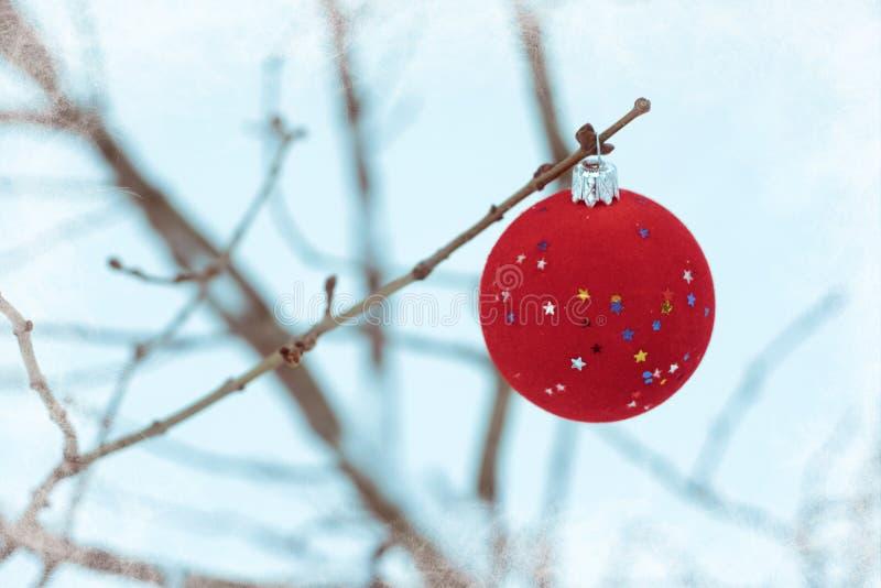 rood de balornament van de fluweelkerstboom met sterren op witte sneeuwachtergrond De achtergrond van de Kerstmisvakantie met kle royalty-vrije stock foto