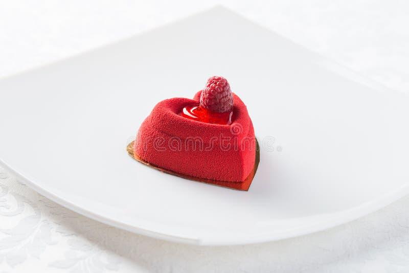 Rood dessert met framboos stock afbeeldingen