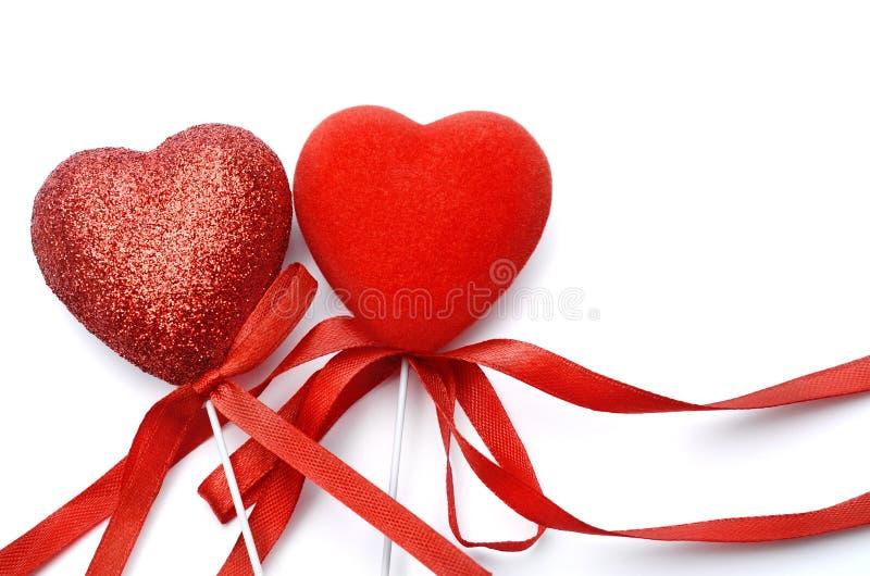 Rood die hart - liefdesymbool op witte achtergrond wordt geïsoleerd stock foto