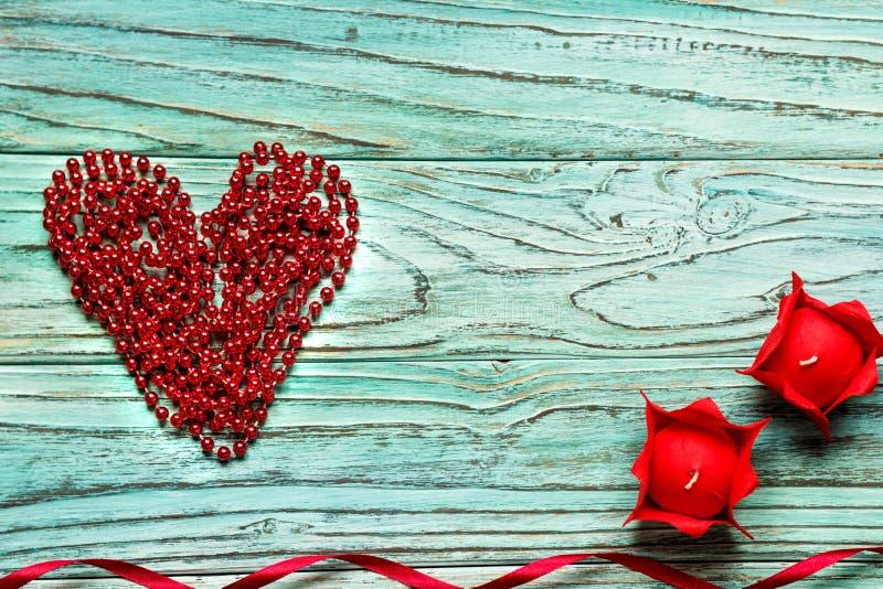 Rood die hart van parels op een houten turkooise achtergrond wordt opgestapeld Het bureau van C stock fotografie