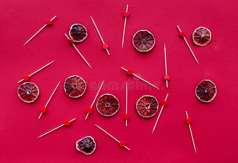 Rood die voedsel met grapefruit voor hoogste de meningspatroon van het restaurantmenu wordt geplaatst royalty-vrije stock afbeeldingen