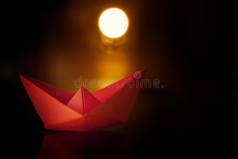 Rood document schip op zonsondergang Document zeilboot op donkere achtergrond stock fotografie
