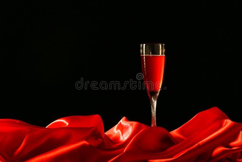 Rood doek en wijnglas stock foto